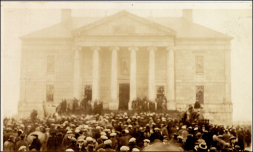 A crowd in front of the Colonial Building during the riot of 1932.